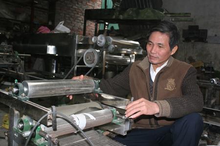 Kỹ sư phát minh ra chiếc máy tráng bánh cuốn-Ông ...