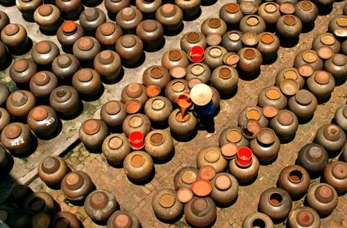 Người giữ lửa truyền thống cho làng nghề làm tương ...